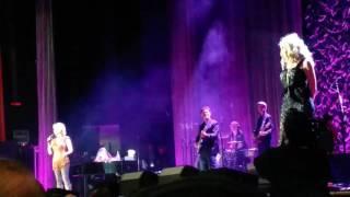 (Clip) Reba McEntire and Linda Davis - Does He Love You (2/15/17) Ryman Auditorium Nashville,  TN