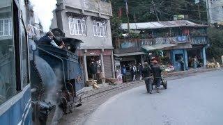 preview picture of video '9382_Petit train à vapeur historique entre Darjeeling et Siliguri en Inde'