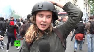 Корреспондента RT ударили во время протеста в Париже в прямом эфире