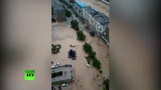 Очевидцы засняли мощный грязевой поток на улицах китайского Юйлиня