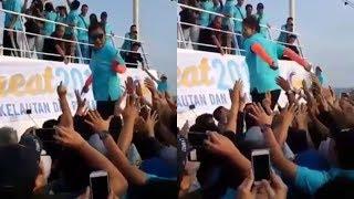Menteri Susi Terjun ke Atas Kerumunan Warga, yang Terjadi Malah Bikin Ketawa!