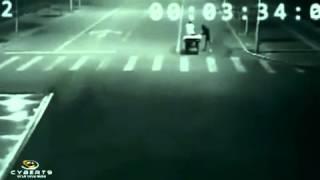 Необъяснимое! Кто то спасает человека!