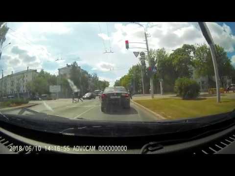 Конфликт на дороге между таксистом и неопытным водителем