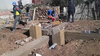 مرحلة بناء قواعد المنزل مع تسوية ألأرضية