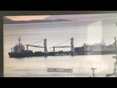 En inédito procedimiento transportan en un carguero a crucero averiado