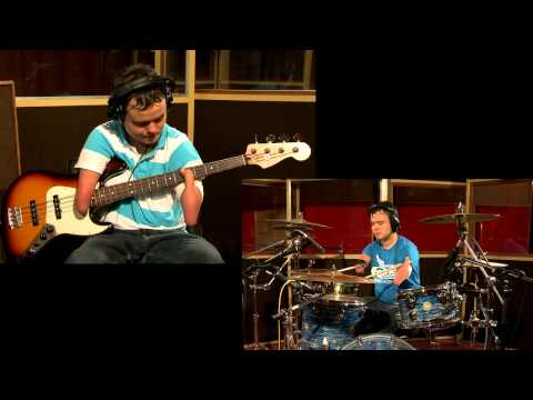 מתופף ומנגן על גיטרה ללא ידיים - לא ייאמן!