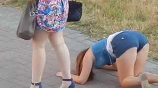 Смотреть онлайн Малолетняя наркоманка гуляет по улице
