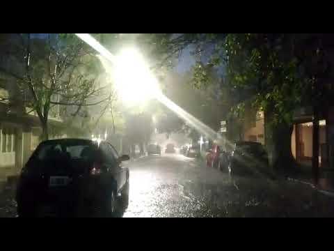 Video. Diluvio en la Ciudad y se mantiene el alerta amarillo