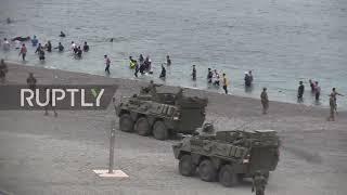 Hiszpania: Armia rozmieszcza pojazdy opancerzone na plaży po przybyciu 5000 migrantów do Ceuty