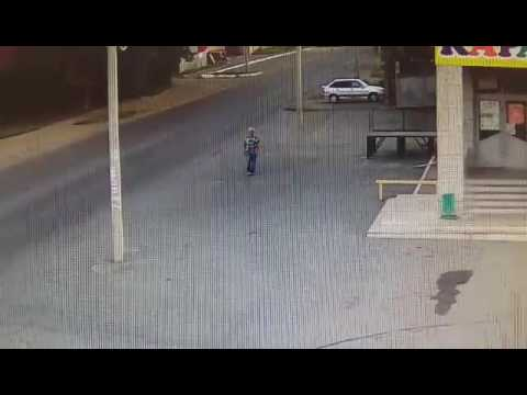 Столб спас пешеходу жизнь