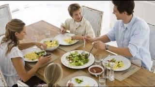 Qué hacer cuando decimos 'a cenar' y el niño no hace caso. Consejos prácticos
