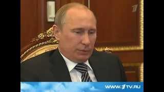 Смотреть онлайн Путин и Медведев еле сдерживаются от смеха