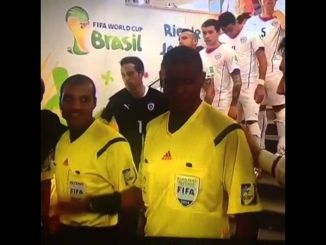 موقف محرج لحكم مباراة أسبانيا وتشيلي