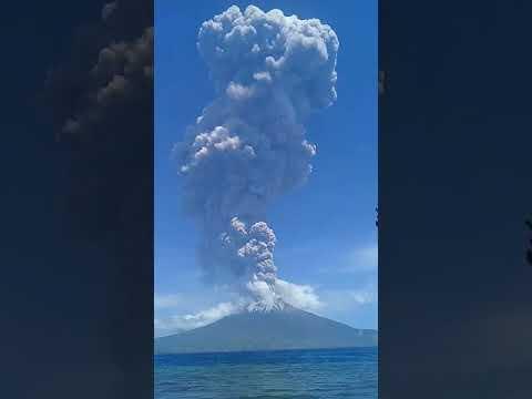 В Індонезії сталося потужне виверження вулкана Левотоло