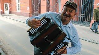 Дядя Вася играет на рояльной гармошке.