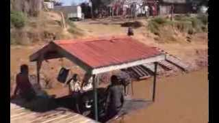 preview picture of video 'Crossing the river Tsiribihina (Madagascar) on a pontoon'