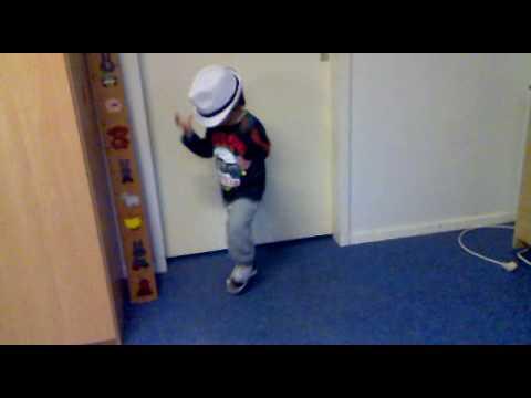 Janysso (3 jaar) doet zijn Michael Jackson moves