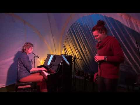 Karianne Koeman en Ellen Postma openen de maandelijkse jamsessie in De Meerpaal