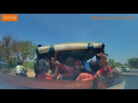العرب اليوم - شاهد: لحظة اصطدام سيارة مسرعة بتوكتوك متكدس بالركاب في الهند