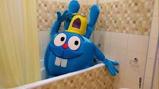 Неожиданный гость Живая Игрушка в Ванной видео  для детей