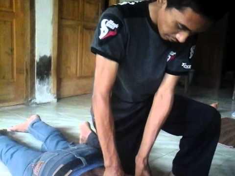 Esercizi per muscoli posteriori a una curvatura di spina dorsale in palestra