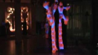 Танцоры на ходулях в уф