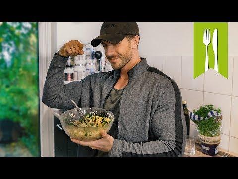 Ich magere auf dem Salat die Tomate mit der Gurke ab