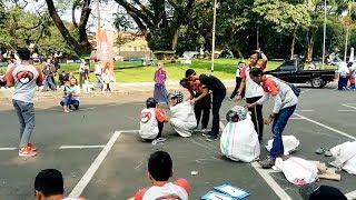 Beginilah Keseruhan Lomba Balap Karung Pakai Helm di Balai Kota Bandung