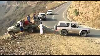 فيديو: عملية سحب تويوتا شاص عالق عند حافة منحدر تنتهي بتحطمه بطريقة غريبة