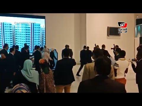 انتصار السيسي تقوم بجولة داخل منتدى الشباب