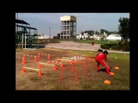 Entrenamiento con vallas en el fútbol.