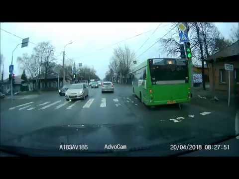 Три автомобиля Hyundai Solaris столкнулись в Тюмени