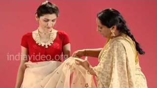 How to wear a Jamdani saree in Bengali style