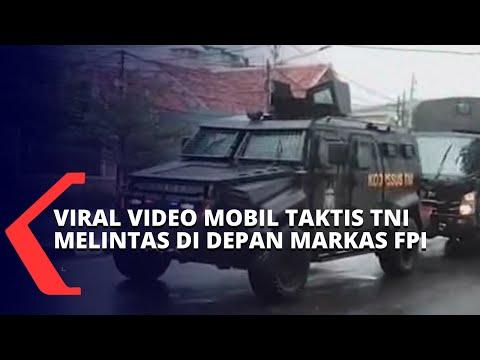 mobil taktis tni melintas di depan markas fpi pangdam jaya pasukan sedang patroli rutin