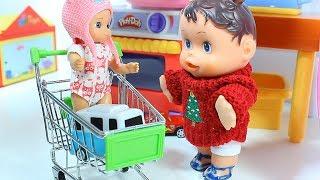 Пупсики играют с игрушками  Модный игрушечный холодильник Видео для детей