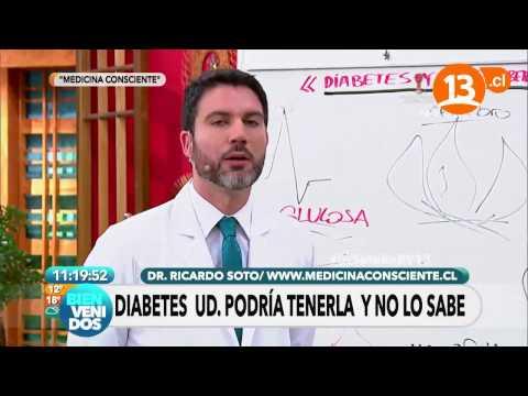 Un diabético en la noche cae en el azúcar en la sangre