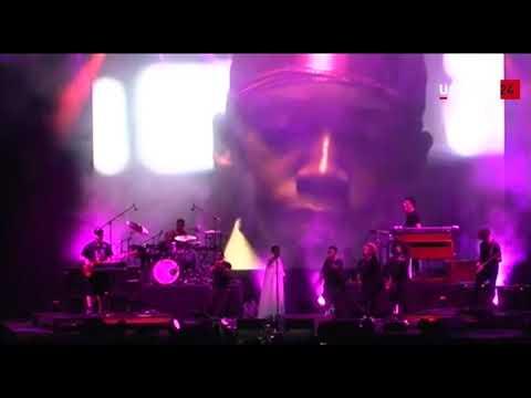 Lauryn Hill sale (in ritardo) sul palco di Perugia: «Ciao Umbria Jazz»