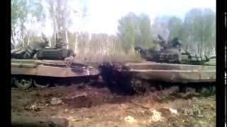 Танк вытянули из грязи, но... (Russian army tanks incident)