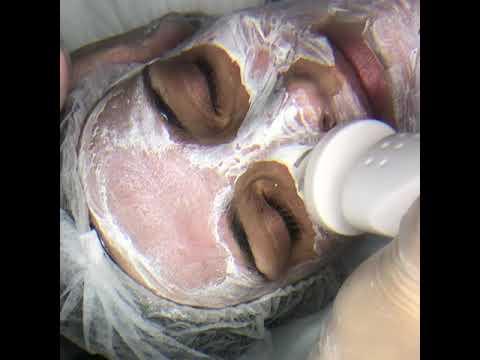 Косметолог, брашинг или броссаж по лицу