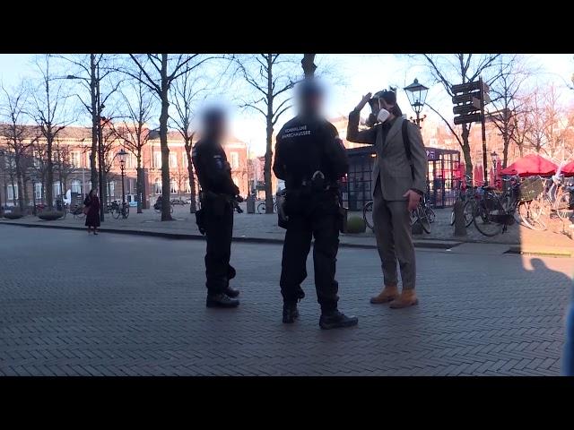 Slijptol met gasmasker staande gehouden door politie