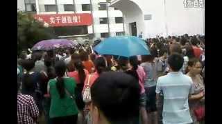 preview picture of video '四川什邡钼铜厂事件:群众向市委投鸡蛋以示抗议'