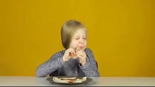 Дети пробуют сало