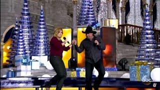 Garth Brooks & Trisha Yearwood - Feliz Navidad (Disney Parks Magical Christmas Celebration Parade)