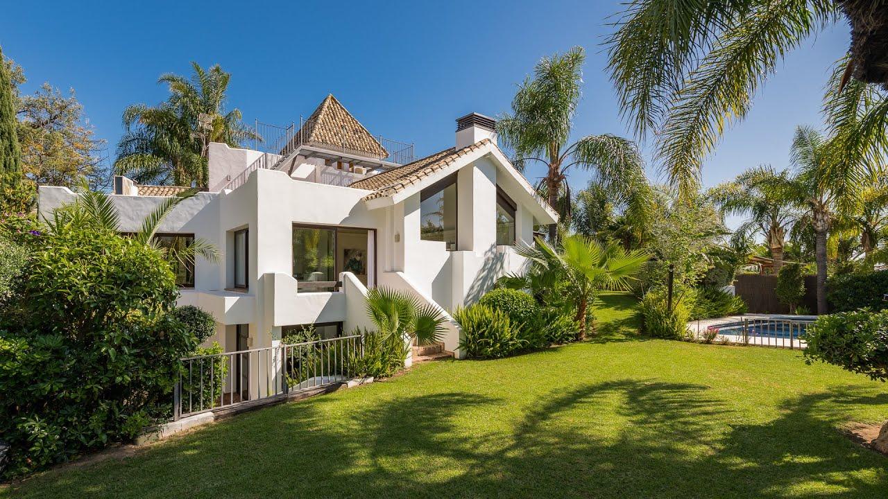 Fabulosa villa de 5 dormitorios en gran parcela con piscina y vistas parciales al mar en venta en El Rosario, Marbella