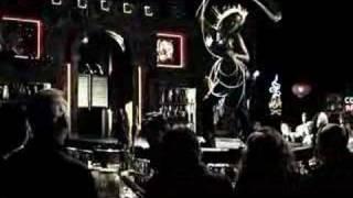 Брюс Уиллис, Короткая сцена из Города Грехов в баре