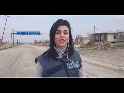 العرب اليوم - شاهد: لحظة الانفجار وإصابة مراسلة أرتي في معرة النعمان