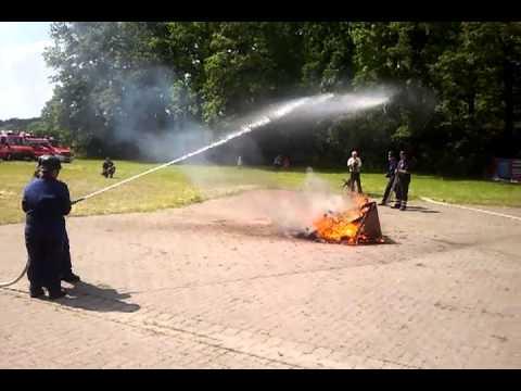 Historische Brandbekämpfung Feuerwehr Stelle auf dem Gemeindefeuerwehrtag in Isernhagen
