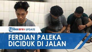 TRIBUN VIDEO.COM - Sempat viral dengan aksi pranknya membagikan sembako untuk waria, Ferdian Paleka akhirnya ditangkap polisi pada Jumat (8/5/2020)  Sang Youtuber diketahui ditangkap oleh pihak Polda Jabar dan Resmob Polrestabes Bandung di Tol Jakarta-Merak sekira pukul 01.00 WIB.  Dikutip dari Kompas.com, Kombes Saptono Erlangga selaku Kabid Humas Polda Jabar menyampaikan bahwa pelarian Ferdian kini telah berakhir.   Diketahui Ferdian ditangkap setelah melarikan diri sejak videonya viral di media sosial pada Senin (4/5/2020).  Dalam video yang viral itu, tampak Ferdian dan kawan-kawannya membagikan sembako berisi sampah dan batu kepada waria yang mereka temui di jalan.   Mereka beralasan ingin memberikan teguran kepad waria yang masih berada di jalanan saat bulan Ramadan.   Para korban yang tak terima pun lantas melaporkan Ferdian ke pihak kepolisian.   Ferdian dilaporkan atas dugaan pencemaran nama baik dan tarancam UU ITE.  (Tribun-Video/Ruth)