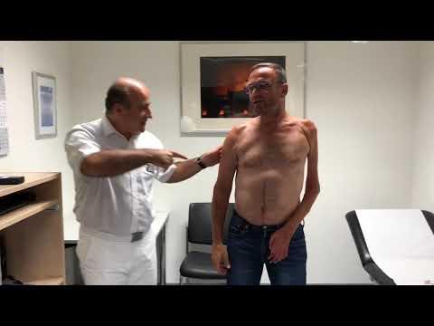 Er drückt seinen Kopf mit Hals-Osteochondrose