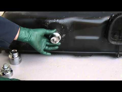 Das Benzin gießen in die Kanister auf 15 l und auf 20 l aus